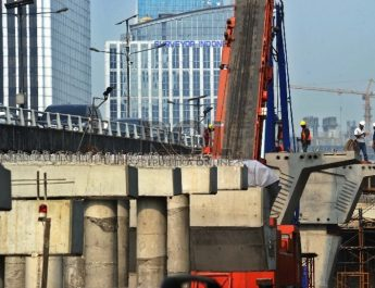 pekerja-sedang-menyelesaikan-proyek-infrastruktur-dikawasan-kuningan-jakarta-selasa-7-7-_150707164149-733-810x543