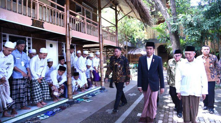 presiden-joko-widodo-mengenakan-setelan-sarung-dan-jas-saat-_170108193013-850