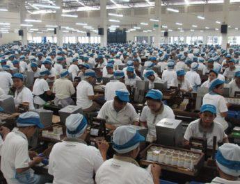 sibuknya buruh pabrik di batam