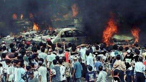 rusuh mobil terbakar