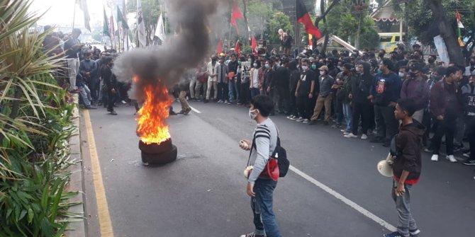 demo-tolak-uu-cipta-kerja-mahasiswa-di-banten-bakar-ban-dan-blokir-jalan